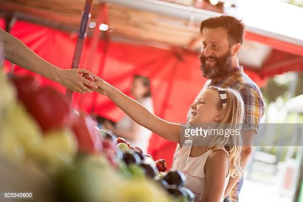 Père et sa fille acheter sur agriculteurs marché