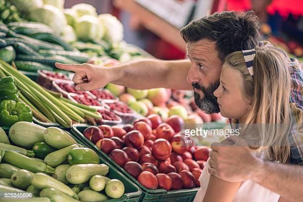 Vater und Tochter Einkaufen im Bauern Markt