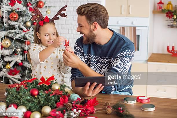 Père et sa fille la décoration pour Noël.