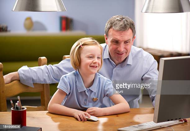 Pai e filha a fazer Trabalho de Casa