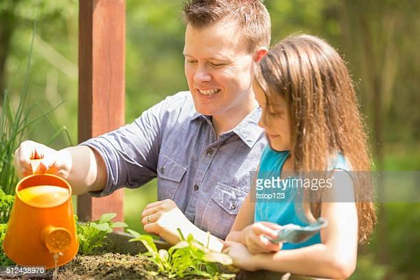 Vater und Tochter genießen Sie die Gärten im Innenhof.   Lokale Bio-Gemüse.