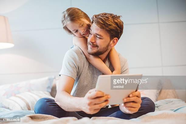Padre e figlia diverte a casa.