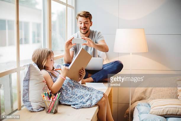 Padre e hija disfrutando de su hogar lejos del hogar.