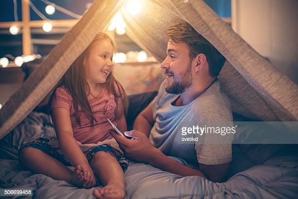 Père et fille profitant de chez vous.