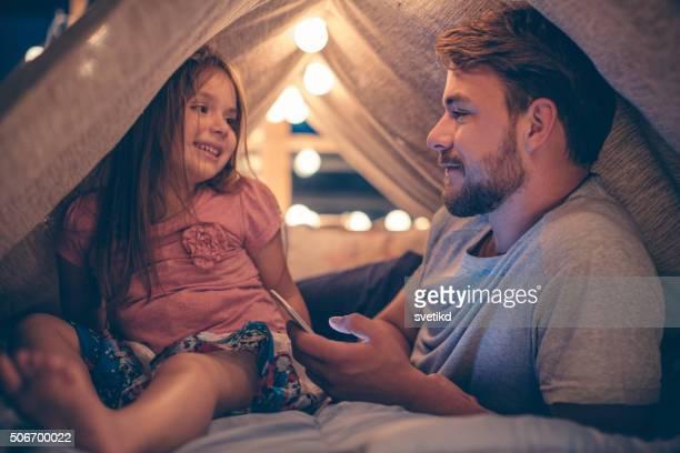 Pai e filha desfrutar em casa.