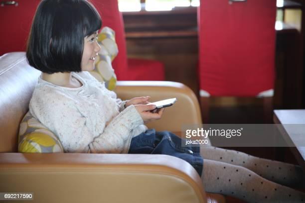 父と娘のカフェでじゃんけんゲームを楽しむ