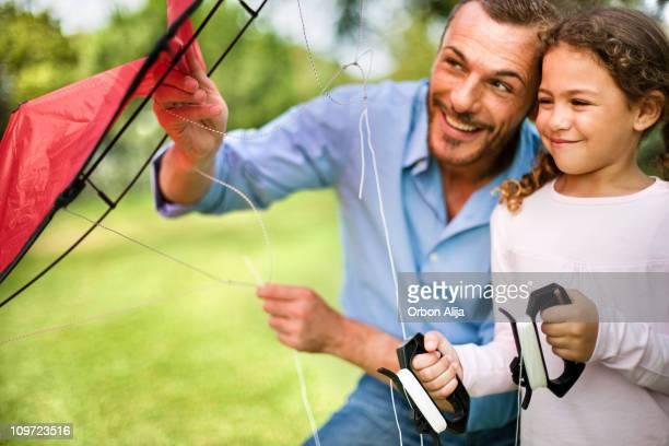 Père et fille de voler un cerf-volant