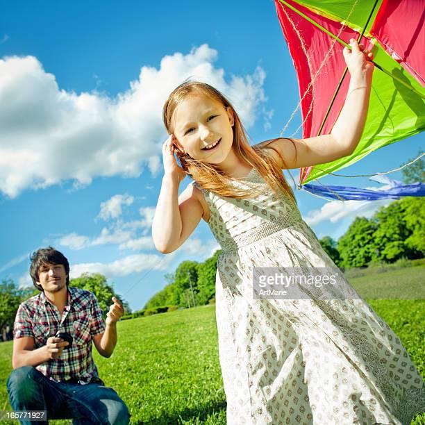Vater und Tochter fliegen ein kite