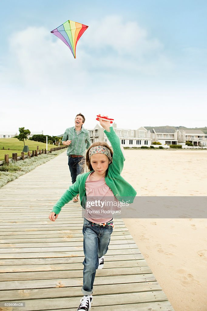 Father and daughter (8-9) flying kite : Stockfoto