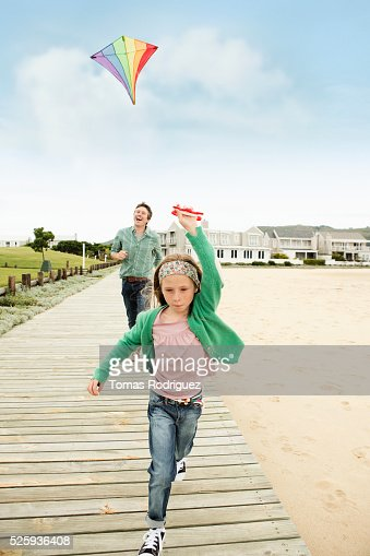 Father and daughter (8-9) flying kite : Foto de stock
