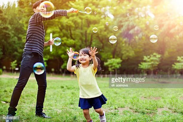 父と娘の楽しみ、石鹸の泡に公園