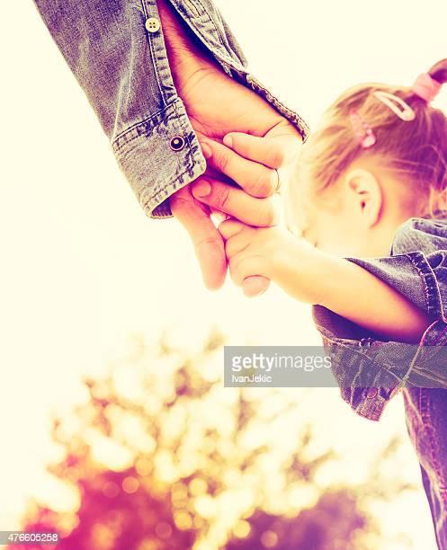 Vater und Tochter holding Hände zusammen