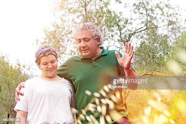 Père et fille embrassant dans la Nature