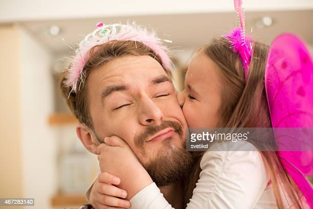 Vater und Tochter in der Küche nimmt selfies.