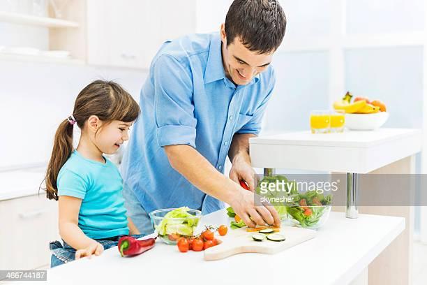 Vater und Tochter in der Küche.