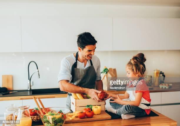 Père et sa fille dans la cuisine