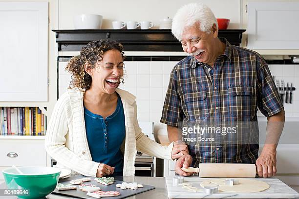 Um pai e filha fazendo Biscoitos