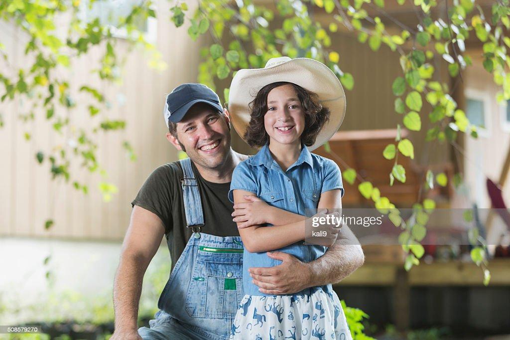 父と娘のご家族に笑顔でカメラ農場 : ストックフォト