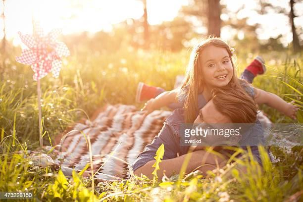 Vater und Tochter im Freien in einer Wiese.
