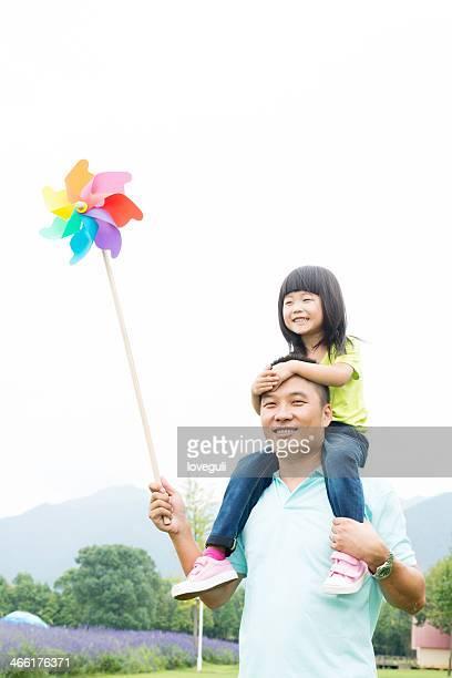 父と娘の屋外で遊ぶ