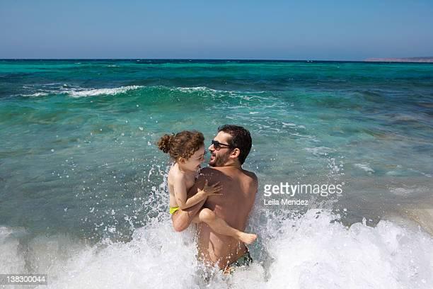 Pai e filha Jogando em ondas