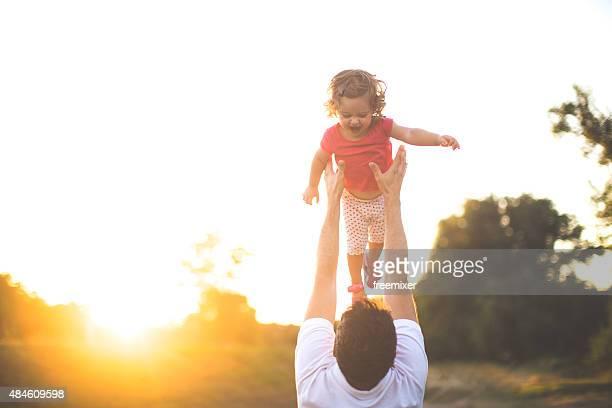 Père et fille jouant