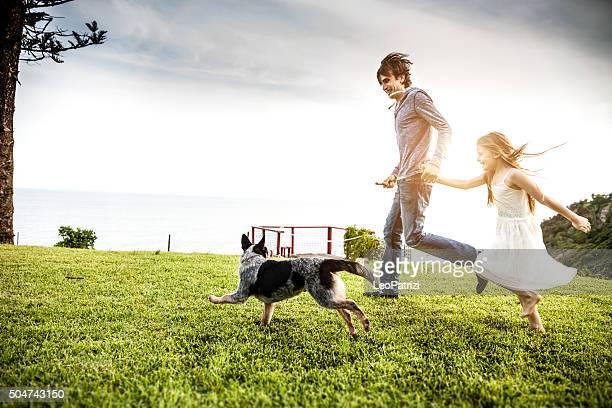Padre e figlia giocare con il cane in cortile