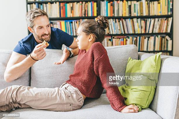 Vater und Tochter reden wie zu Hause fühlen.