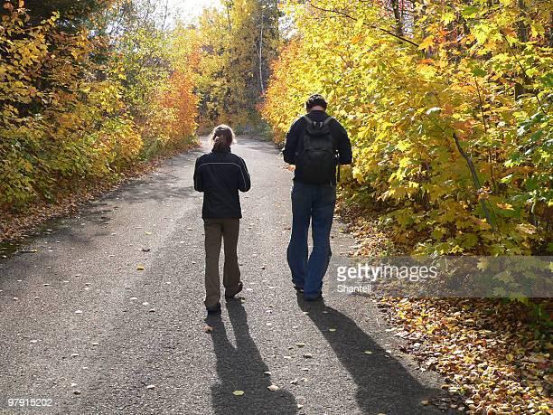 Vater und Tochter zu Fuß im Wald