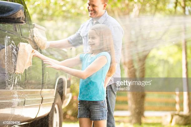 Vater und Tochter sind die Familie Auto zusammen im Freien.