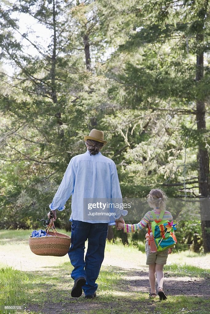 Father and daughter with picnic basket : Stock Photo