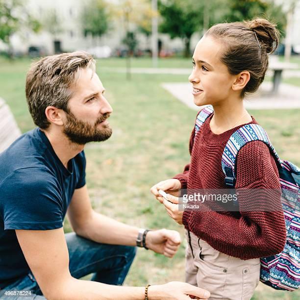 Vater und Tochter reden nach der Schule