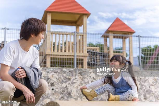 Vader en meisje spelen in het park