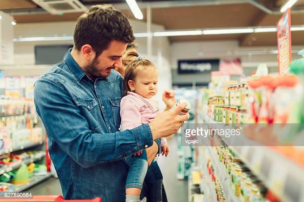 Vater und seine kleine Tochter Lebensmittel Einkaufen