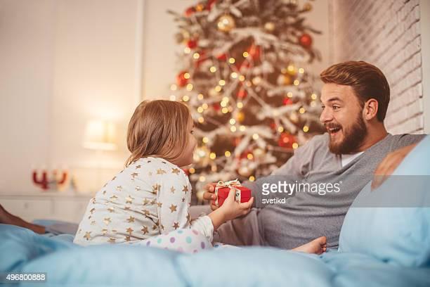 Padre e sua figlia carina davanti di Natale tre.
