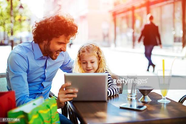 Vater und seiner Tochter im Café.