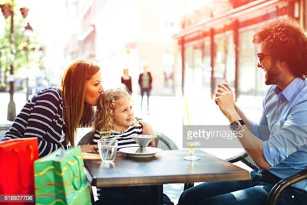 Vater und Mutter mit ihrer Tochter im Café.