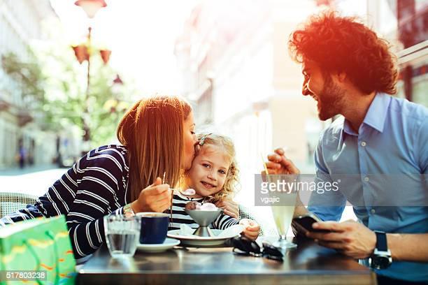Père et mère avec sa fille dans le café.