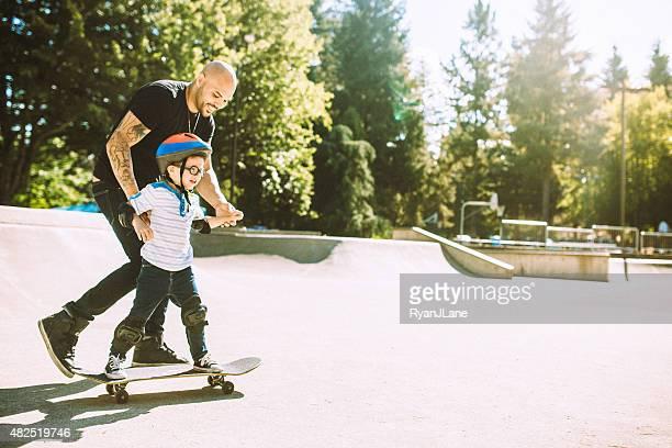 Vater und Sohn im Skate-Park