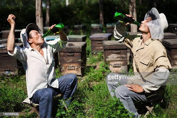 Vater und Sohn Imker gerne trinken Bier