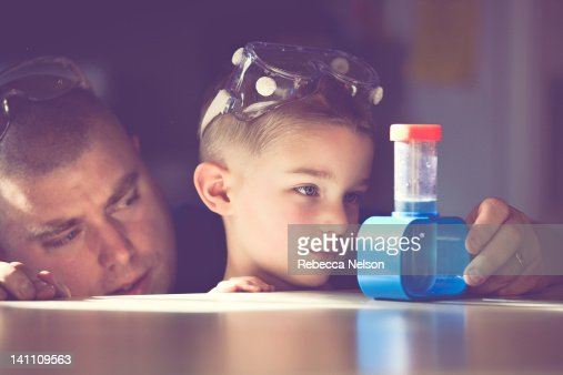 Father and son conducting science experiment : Foto de stock