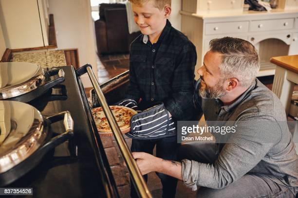 Père et fils, ensemble de cuisine pizza