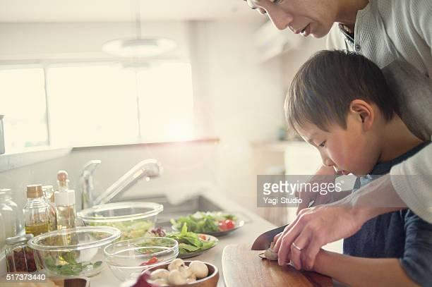Père et fils de cuisson ensemble à la maison