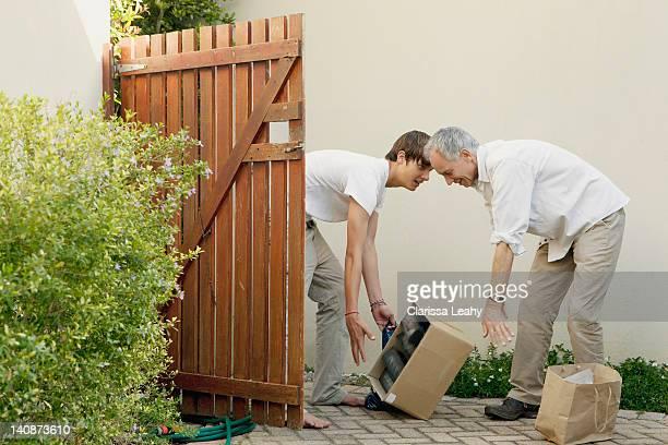 Père et fils faisant box en plein air