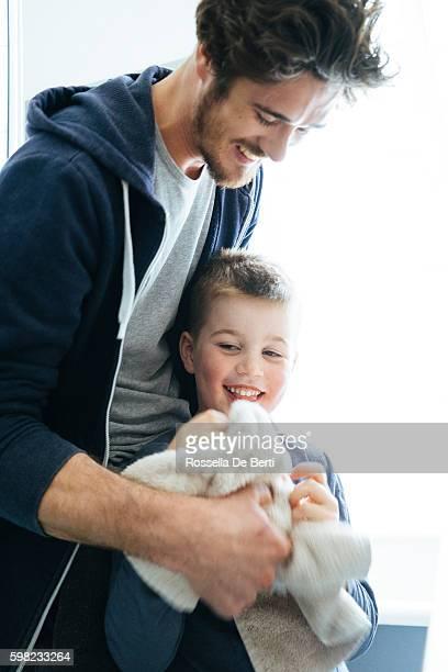 Padre e hijo secado DSN después de lavarse los dientes juntos