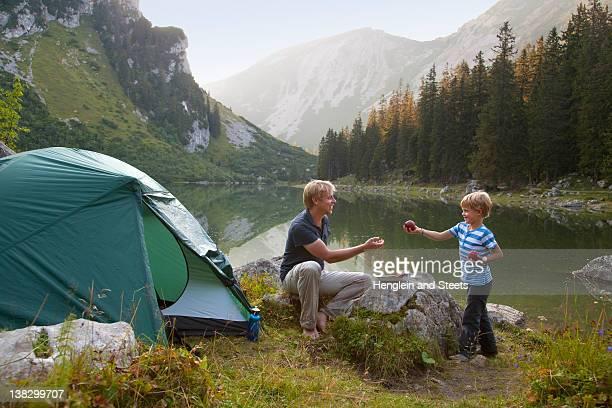 Padre e figlio di mangiare in campeggio