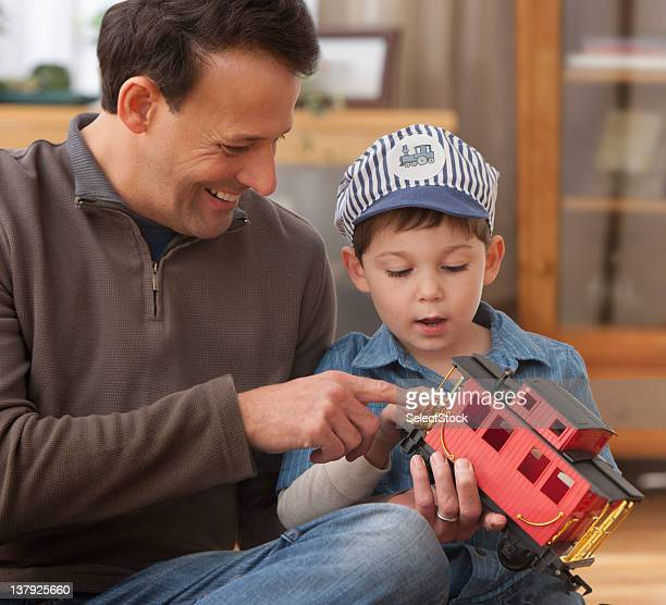 Vater und Sohn betrachten Spielzeug Züge