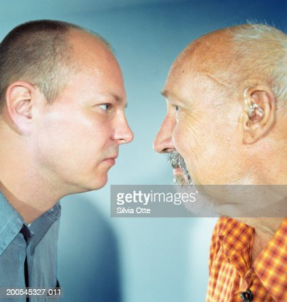 'Father and son face to face, close-up' : Foto stock