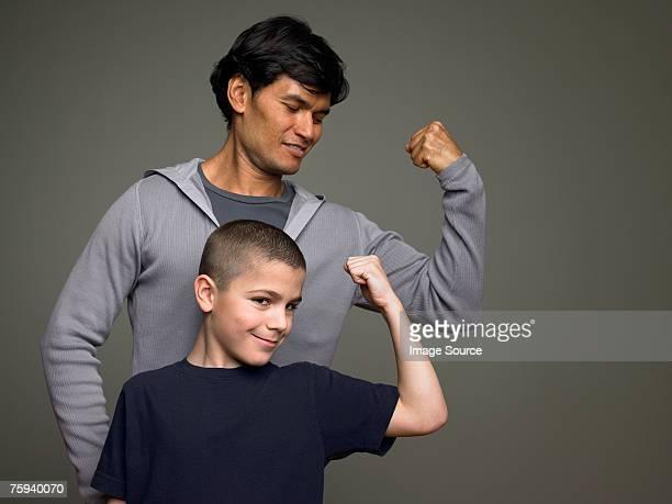 Père et fils de Contracter les muscles