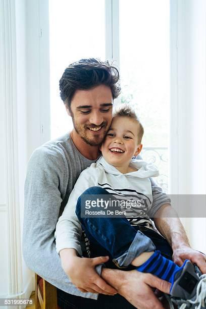 Vater und Sohn am Morgen vorbereiten